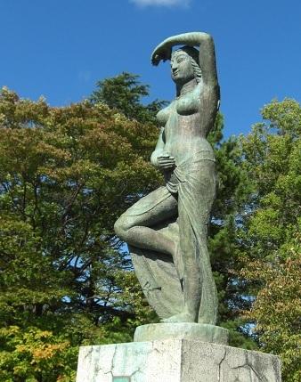 女性の銅像.jpg
